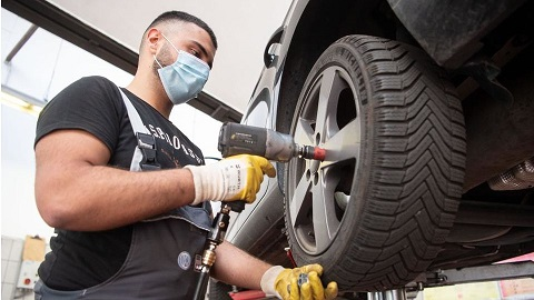 How to Checking, removing and refitting road wheels